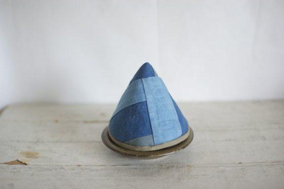 三角型の草木染めの鍋つかみ《モダンブルー》