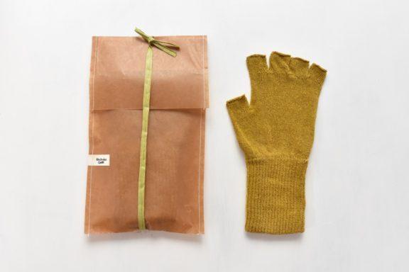 草木染め:シルクのハンドウォーマー《マスタード》