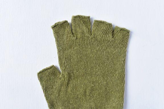 草木染め:シルクのハンドウォーマー《若草色》