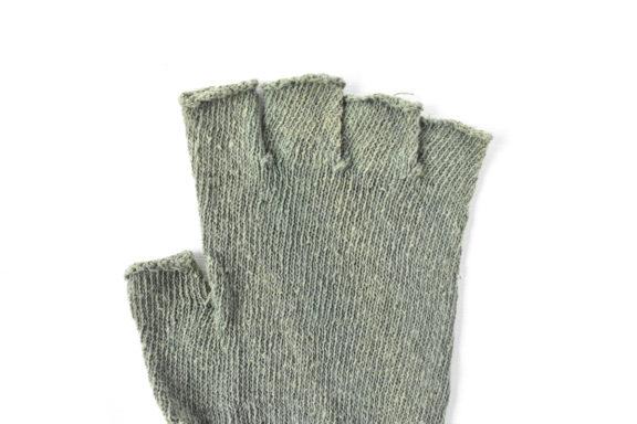 草木染め:シルクのハンドウォーマー《サンドグリーン》